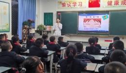 """万江""""敏""""医生科普护眼  绵阳外国语学校送锦旗"""